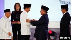 Pasangan Joko Widodo-Maruf Amin (kiri) dan Prabowo Subianto-Sandiaga Uno usai debat pertama di Jakarta 17 Januari 2019.