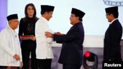 Kedua pasangan Capres dan Cawapres saling berjabat tangan usai Debat Perdana di Jakarta, Kamis malam (17/1) lalu.