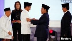 Presiden Joko Widodo (tengah/kiri) berjabat tangan dengan Capres 02 Prabowo Subianto usai acara debat di Jakarta, 17 Januari 2019 lalu.