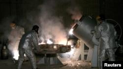 İsfahanda fəhlələr uran emalı müəssisəsində çalışır.