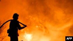 Un pompier essayant de contenir le feu près des maisons à Santa Paula, en Californie, le 5 décembre 2017.
