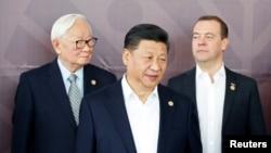 去年在亞太經合組織峰會拍攝領導人合影時,中國國家主席習近平與台灣代表張忠謀和俄羅斯總理梅德韋杰夫同框。(2018年11月)