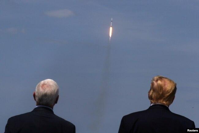 TT Trump chứng kiến vụ phóng phi thuyền SpaceX của NASA.