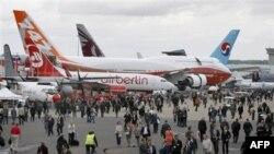 Khách tham dự cuộc triển lãm hàng không Paris tại sân bay Le Bourget, phía bắc thủ đô Paris, ngày 21/6/2011
