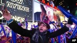 Miles de personas recibieron el 2016 en Times Square bajo una lluvia de confeti, mostrando un tono optimista y desafiando el temor a ataques extremistas y en medio de fuertes medidas de seguridad.