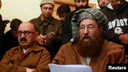 مولانا سمیع الحق (راست) نماینده گروه طالبان در کنار عرفان صدیقی نماینده دولت پاکستان، در حال قرائت بیانیه مشترک گفتگوها