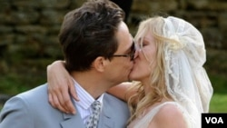 Este es el primer matrimonio de la modela quien conoció su esposo, Hince, de 42 años de edad, en 2007.
