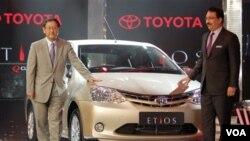 Presiden Toyota Motor Corp., Akio Toyoda (kiri) memperkenalkan produk baru Toyota Etios di Bangalore, India (Desember 2010).