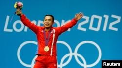 북한 역도 국가대표팀 엄윤철 선수가 지난 2012년 런던 올림픽 남자 56kg급 경기에서 금메달을 목에 건 후 환호하고 있다.