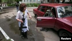 Un militante prorruso herido es ayudado por una enfermera en un hospital de Slovyansk, donde se han registrado fuertes combates.