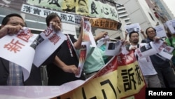 Pro-democracy lawmaker Lee Cheuk-yan (2nd L) and other protesters call for release of political prisoners, in Hong Kong.