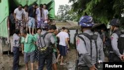 ຊາວຈີນ ທີ່ເຊື່ອວ່າ ລັກລອບຕັດໄມ້ເຖື່ອນ ຢູ່ມຽນມາ ໄປຂຶ້ນສານ ທີ່ເມືອງ Myitkyina ເມືອງຫລວງຂອງລັດ Kachin ຢູ່ທາງພາກເໜືອຂອງມຽນມາ (22 ກໍລະກົດ 2015)
