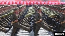 Des soldats nord-coréens paradent pour célébrer le centenaire de la naissance de Kim Il-sung, le 15 avril 2012 à Pyongyang. (REUTERS/Stringer)