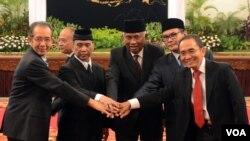 Para pemimpin KPK, dari kiri ke kanan: Adnan P. Praja, Indriyanto Seno Adji, Taufiqurrahman Ruki, Johan Budi dan Zulkarnain di Istana Negara (20/2). (VOA/Andylala Waluyo)