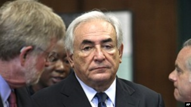 Former IMF chief Dominique Strauss-Kahn (C) stands with his lawyers Ben Brafman (R) and William Taylor (L) at his arraignment hearing in New York Supreme Court in New York, June 6, 2011.
