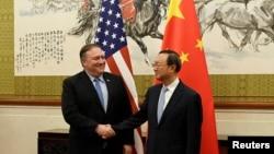 Майк Помпео и Ян Цзечи на переговорах в Пекине (архивное фото, 2018 г.)