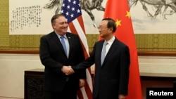 2018年10月8日美国国务卿蓬佩奥在北京钓鱼台国宾馆与中共政治局委员杨洁篪举行的会议上握手。