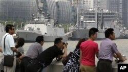 2012年6月14日,中国游客隔岸观看对中国进行友好访问并停靠在上海的印度军舰。