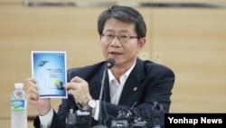 류길재 한국 통일부 장관이 21일 서울 남북회담본부에서 열린 한반도 신뢰프로세스 내외신 기자 간담회에서 향후 남북관계의 방향성에 대해 설명하고 있다.