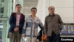 2021年1月28日上午,郭飛雄(中)在廣州白雲機場啟程赴美時與送行的朋友合影(劉正清分享圖片)
