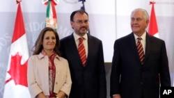 加拿大外長弗里蘭、墨西哥外長比德加賴和美國國務卿蒂勒森(由左至右)在墨西哥城舉行聯合記者會後合影。(2018年2月2日)
