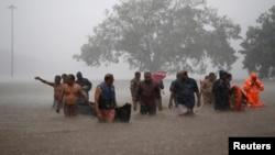 امدادی کارکن ریاست کیرالا کے متاثرہ علاقوں میں پھنسے ہوئے لوگوں کو نکال رہے ہیں۔