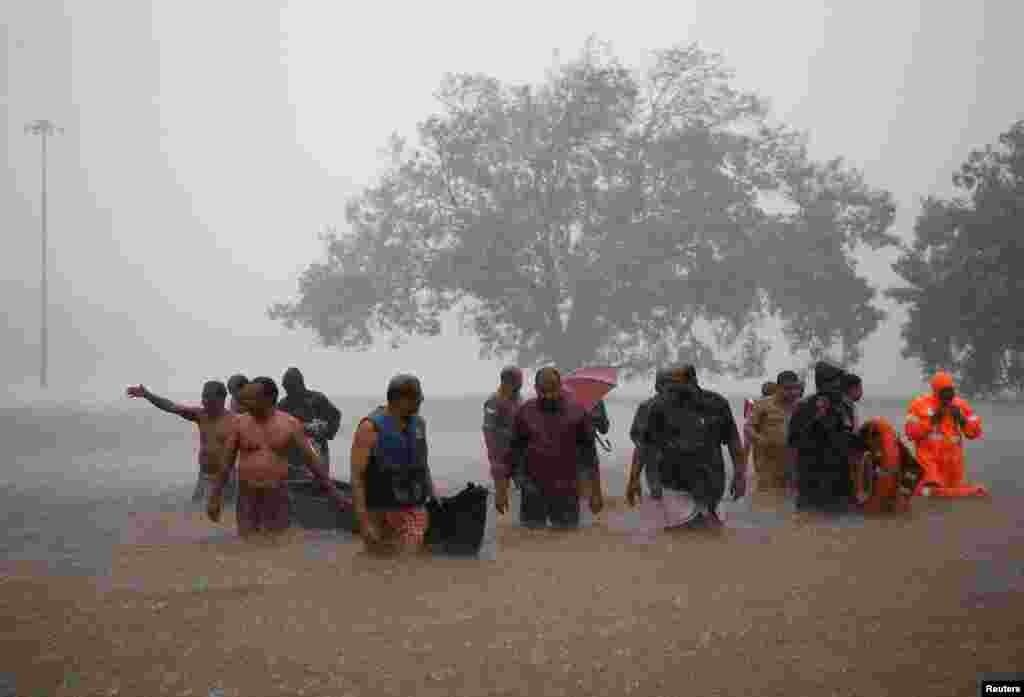 کیرالہ میں گزشتہ دو روز سے جاری بارشوں کے نتیجے میں 28 افراد ہلاک ہو گئے ہیں۔ بارشوں سے کیرالہ کا ریلوے کا نظام بھی متاثر ہوا ہے۔