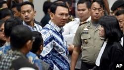 Gubernur DKI Jakarta Basuki Tjahaja Purnama alias Ahok berbicara dengan tim pengacaranya setelah dijatuhkannya vonis 2 tahun penjara oleh Pengadilan Jakarta Utara, Selasa (9/5).