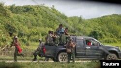 Myanmar soldiers patrol a road in Maungdaw, Myanmar August 31, 2017. REUTERS/Soe Zeya Tun - RC19851CCC20