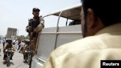 Paravojne snage ispred bolnice nakon napada na autobus u Karačiju, Pakistan, 13. maj, 2015.