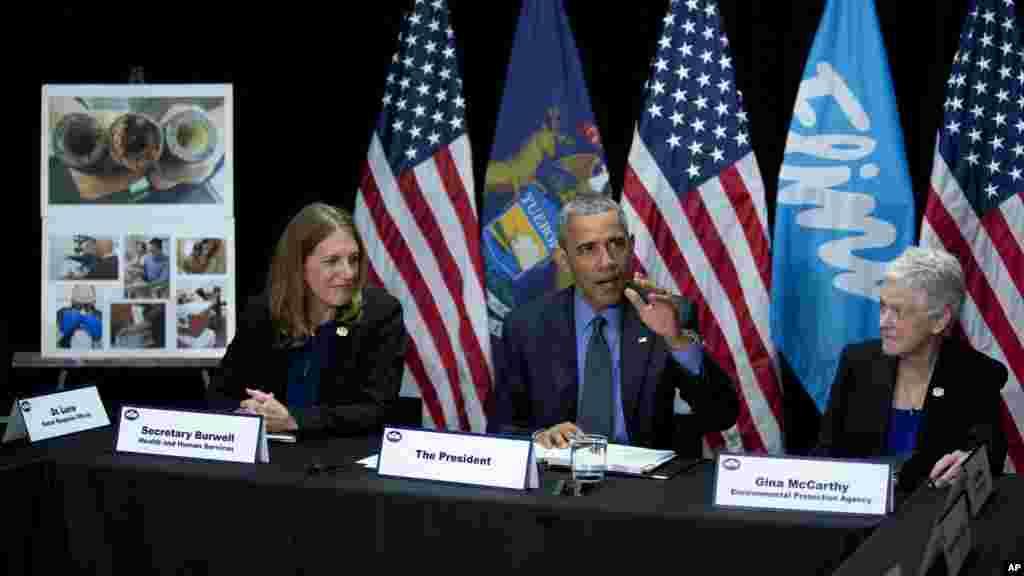 Le président Barack Obama, rejoint par la secrétaire des service de santé Sylvia Mathews Burwell, à gauche, et de la directrice de l'agence pour l'environnement Gina McCarthy, à droite, lors d'une conférence de presse dans le Michigan à Flint, le 4 mai 2016.