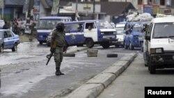 Un policier armé assure la sécurité dans une rue de Port Harcourt, Nigeria, 30 mars 2015.