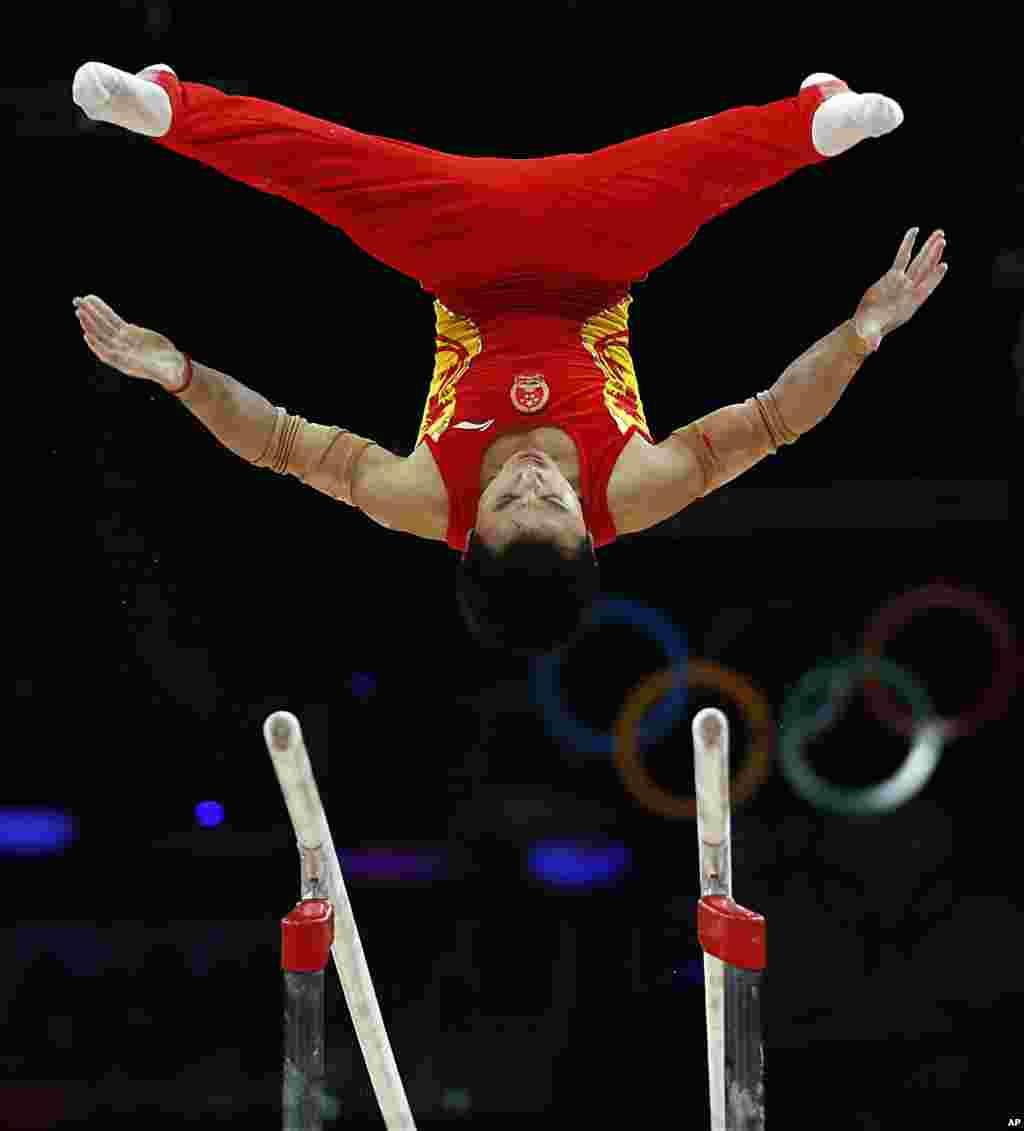 El gimnasta chino Feng Zhe en las barras paralelas, durante la gimnasia artística que China ganó.