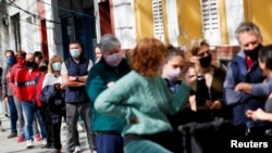 Orang-orang tampak mengantri untuk memberikan suaranya di salah satu TPS di Buenos Aires, Argentina, pada 12 September 2021. Pemilu tersebut merupakan pemungutan suara awal untuk menentukan kandidat pada pemilu November nanti. (Foto: Reuters/Agustin Marcarian)