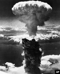 Đám mây hình nấm của quả bom nguyên tử thả xuống Nagasaki, Nhật Bản, ngày 9/8/1945.