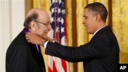 Predsednik Obama uručuje nacionalni orden umetnosti Miltonu Glejzeru.