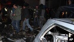 在黎巴嫩什葉派的赫梅爾鎮上一個加油站附近發生的爆炸現場