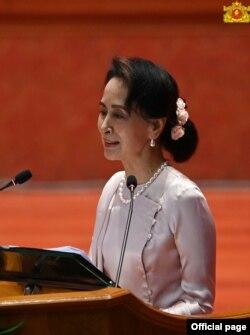 ေနျပည္ေတာ္မွာ က်င္းပတဲ့ ၂၁ ရာစုပင္လံု စတုတၳအစည္းအေ၀း ညီလာခံ တတိယေန႔မွာ မိန္႔ခြန္းေျပာၾကားေနတဲ့ ႏိုင္ငံေတာ္အတိုင္အပင္ခံ ေဒၚေအာင္ဆန္းစုၾကည္။ (ဓာတ္ပံု - Myanmar State Counsellor Office - ၾသဂုတ္ ၂၁၊ ၂၀၂၀)