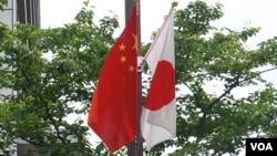 2018年5月中國總理李克強訪日在東京街頭掛起的日中國旗(美國之音歌籃拍攝)