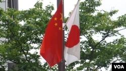 2018年5月中國總理李克強訪日在東京街頭掛起的日中國旗 (美國之音 歌籃拍攝)