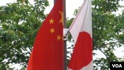2018年5月中国总理李克强访日在东京街头挂起的日中国旗 (美国之音 歌篮拍摄)