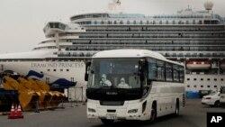 جاپان کے قریب لنگرانداز تفریحی بحری جہاز ڈائمنڈ پرنس سے ایک بس امریکی مسافروں کو لے کر روانہ ہو رہی ہے۔ کرونا وائرس کی وجہ سے اس جہاز کو الگ تھلگ کر دیا گیا تھا۔ 15 فروری 2020
