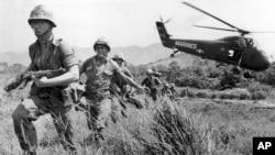 Hình ảnh lính thủy đánh bộ Mỹ tìm kiếm trong khu làng nghi ngờ có Việt Cộng gần Đà Nẵng trong cuộc chiến tại Việt Nam năm 1965.
