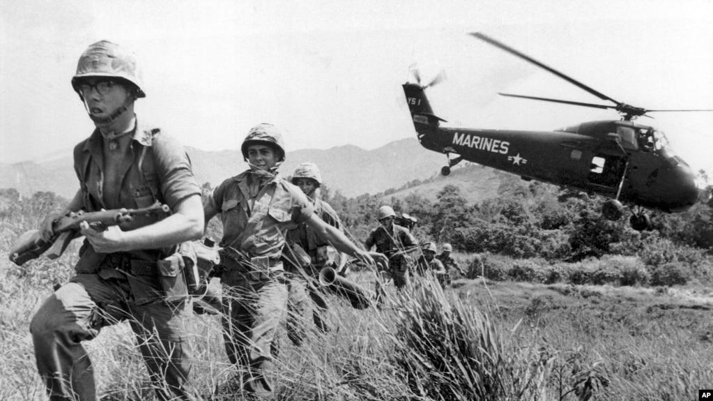 Trong bức ảnh chụp ngày 28/4/1965, Thủy Quân Lục Chiến Mỹ tiến vào một ngôi làng tình nghi do Việt Cộng kiểm soát gần tp Đà Nẵng trong chiến tranh Việt Nam. Phim tài liệu10 tập của đạo diễn Ken Burns về cuộc chiến sẽ bắt đầu được công chiếu ngày 17/9/2017 trên đài PBS. (AP Photo/Eddie Adams)