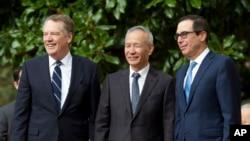 美国贸易代表莱特希泽(左),中国副总理刘鹤(中),美国财政部长姆努钦(右)合影。(2019年10月10日)