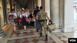 意大利威尼斯旅遊熱點的執法人員從地攤收繳的皮包。(資料照片)