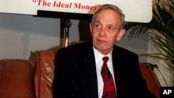 约翰·纳什1997年10月28日在出席欧洲经济学院一个会议上(档案照片)