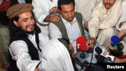 FILE - Pakistan Taliban commander Hakimullah Mehsud (L) during a news conference in South Waziristan, May 24, 2008