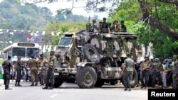 Tentara Sri Lanka berjaga di jalanan Digana, distrik pusat Kandy, Sri Lanka, pasca bentrokan antara dua komunitas, 6 Maret 2018.