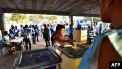 Une femme vote lors des élections générales, à Freetown, le 7 mars 2018.